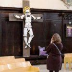 Insólito: Iglesia exhibe Stormtrooper crucificado en templo
