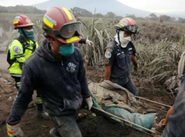 Pastor muere abrazado al púlpito durante erupción volcánica en Guatemala