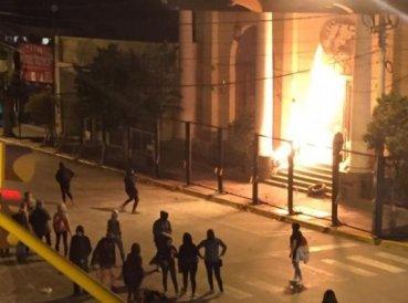 Feministas lanzan bombas incendiarias contra iglesia