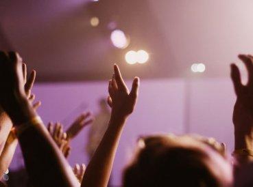 Piper: ¿Cristianos deben levantar sus manos en adoración?