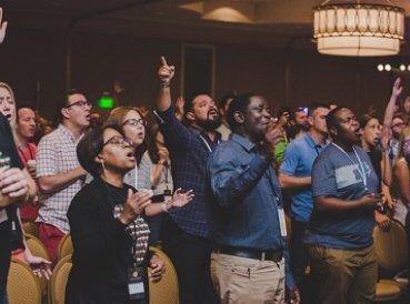 Temor a destacarse como cristiano crece y afecta evangelismo
