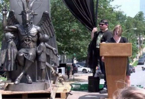 """""""Vemos a Satanás como un héroe"""", dicen satanistas al manipular pesebre"""