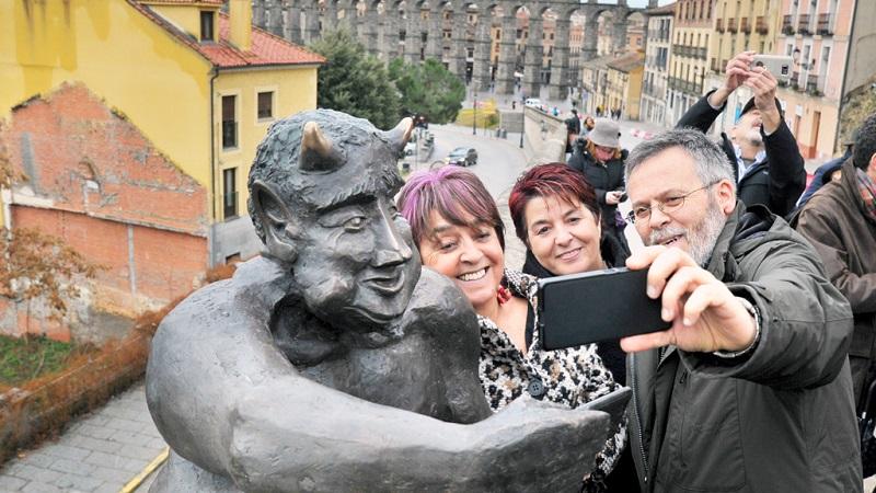 Estatua de demonio tomándose un selfie irrita a cristianos