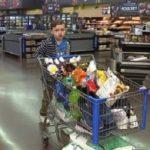 Niño de 9 años vacía todos sus ahorros y los dona a un refugio para indigentes