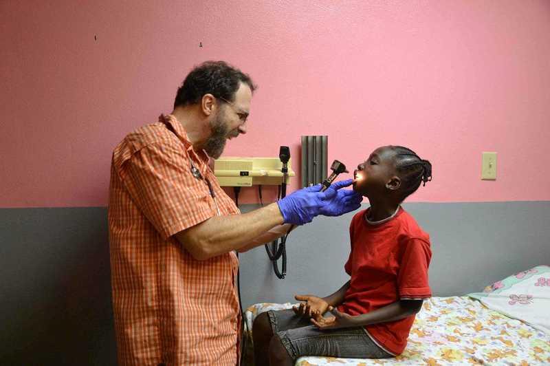 Médico cristiano recibe premio por salvar vidas en África