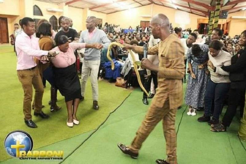 Pastor usa cobra durante culto y suscita desaprobación