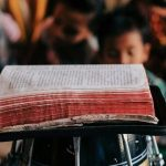 Sordo vuelve a escuchar y consigue leer la Biblia milagrosamente