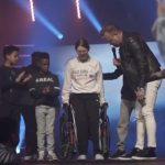 Viral video de una joven levantándose de una silla de ruedas tras oración