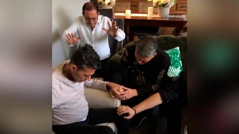 Cash Luna ora por Julio Melgar y su familia en una transmisión en vivo