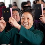 Cristianos son impactados al ver a chinos llorando con su primera Biblia