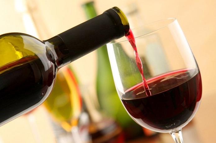 Informe revela qué porcentaje de católicos, protestantes y evangélicos consumen alcohol