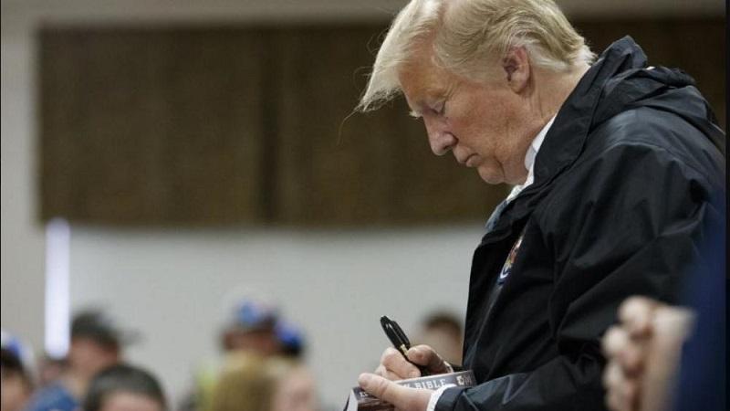 Líderes religiosos critican a Donald Trump por firmar biblias