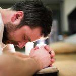 Pastor colombiano librado de ser asesinado mientras se arrodillaba para orar
